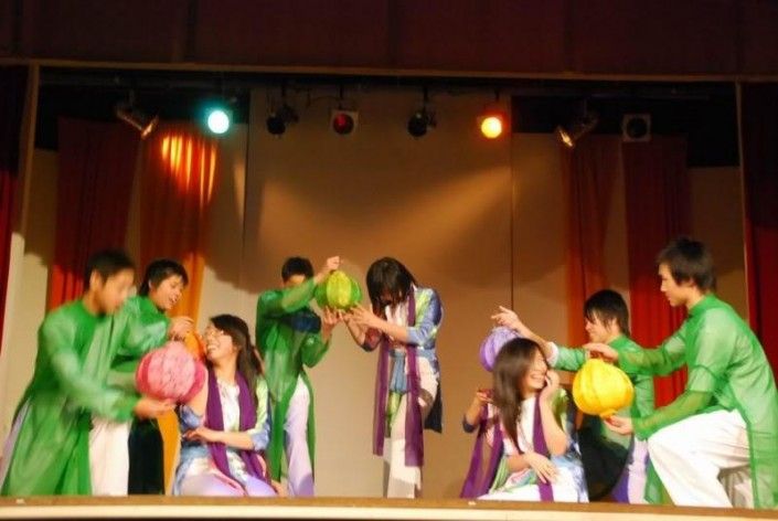 This group perform the traditional dances of Vietnam, interpreting stories that represent the harmony of Vietnamese cultures and the people.